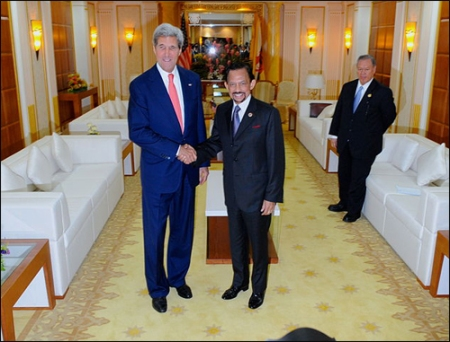 """Secretary Kerry meets Sultan Hassanal Bolkiah of Brunei.  Secretary Kerry insists the US has a """"robust relationship"""" with one of the most oppressive states on the planet. Source: By U.S. Department of State from United States [Public domain], via Wikimedia Commons"""